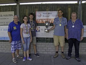 De winnaars met Hyundaiwisselbekers van Martien van den Brand(l)